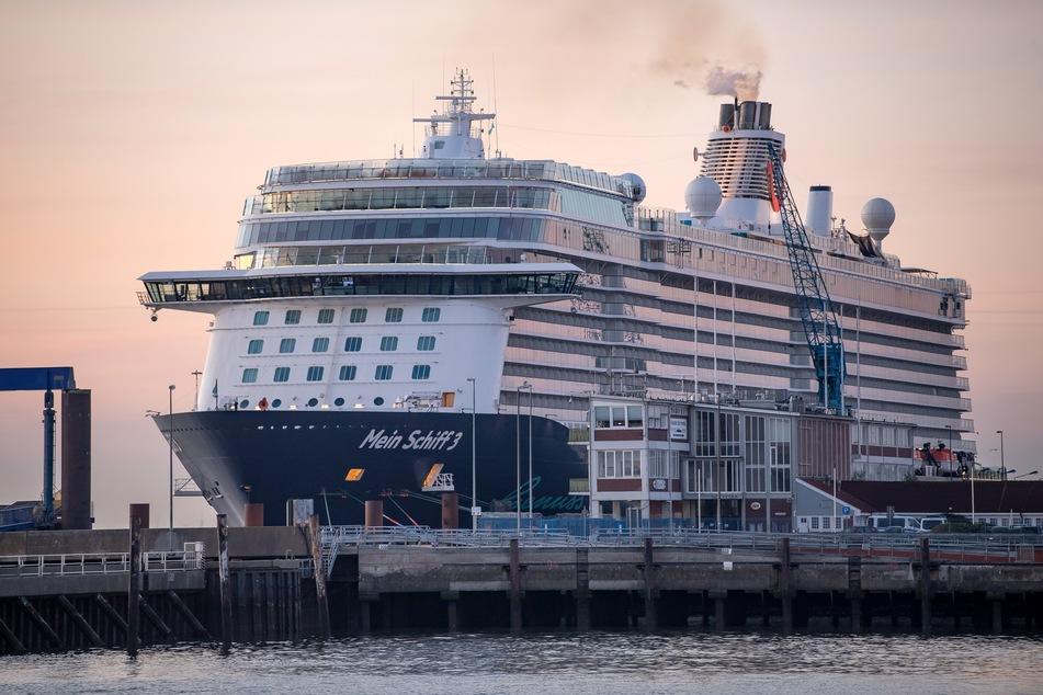 """Das Kreuzfahrtschiff """"Mein Schiff 3"""" liegt am frühen Morgen im Hafen."""