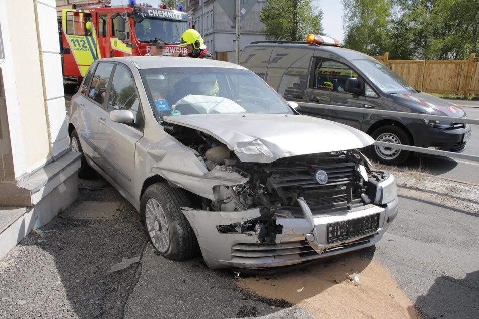 Chemnitz: Fiat kracht durchs Geländer, Fahrer verletzt