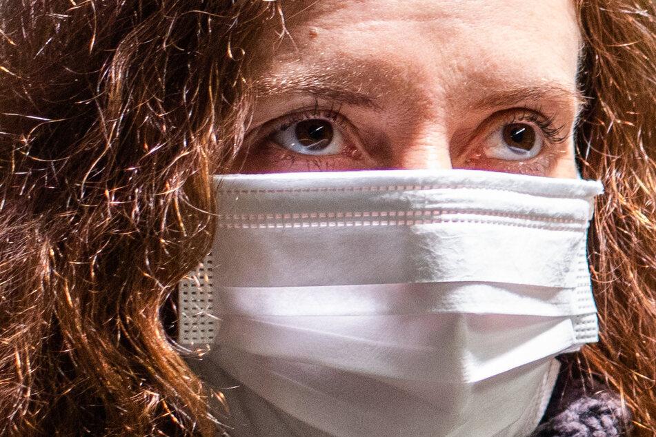 Zur Infektion mit dem potenziell tödlichen COVID-19-Virus kann es zum Beispiel durch engen Kontakt mit einer infizierten Person oder durch das Berühren von Gegenständen kommen, auf denen sich Viren befinden.