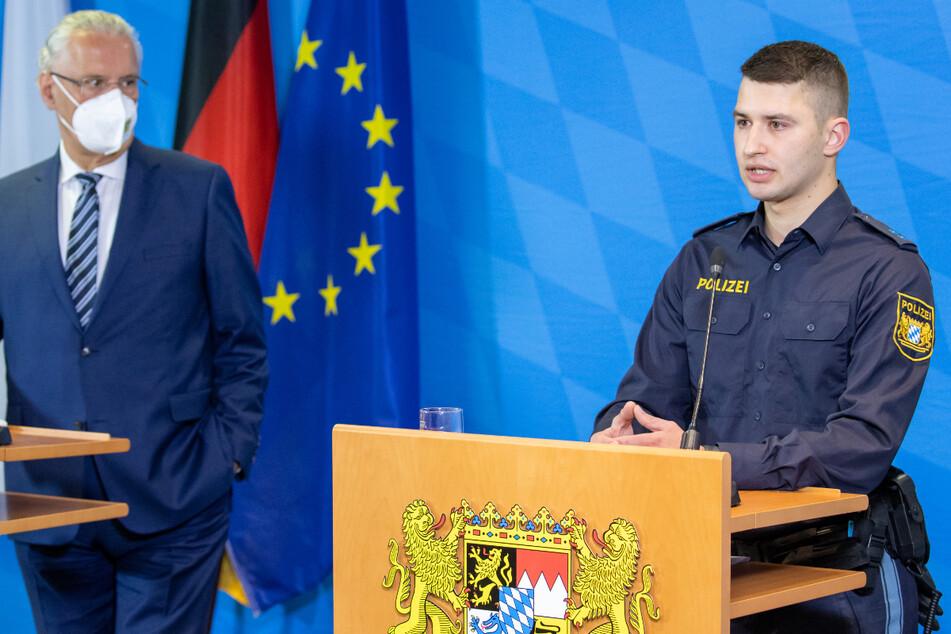 Der Nürnberger Polizist Marc Hoffmann (r.) spricht bei einer Pressekonferenz zum bayernweiten Lagebild zur Gewalt gegen Polizisten im Jahr 2020. Links steht Joachim Herrmann (64, CSU), Innenminister von Bayern.