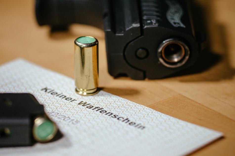 In NRW besitzen immer mehr Menschen einen Kleinen Waffenschein. (Symbolbild)