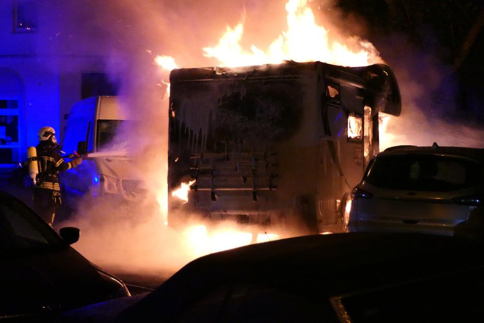 Das Wohnmobil war trotz des schnellen Eingreifens der Feuerwehr nicht mehr zu retten.
