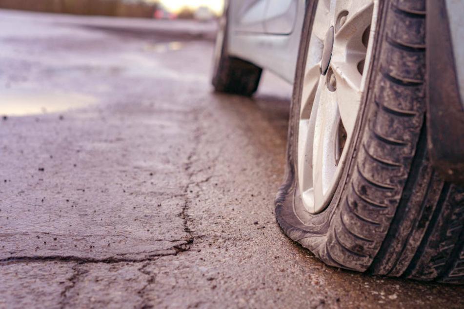 Trotz platter Reifen floh der Mann vom Unfallort. Später wurde er aber von einer alarmierten Streifenwagen-Besatzung entdeckt (Symbolbild)..