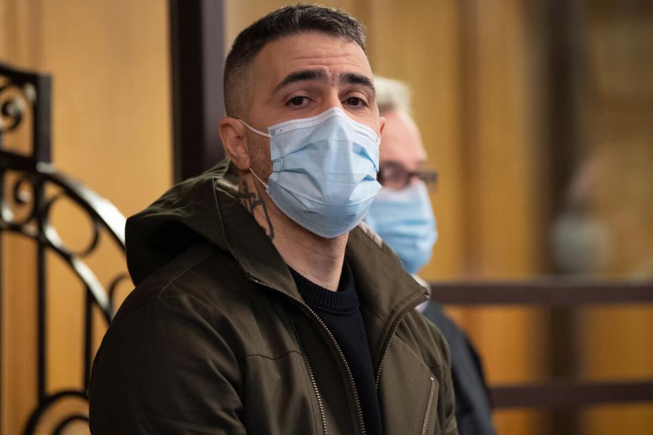 Bushido sitzt als Nebenkläger im Prozess gegen Clanchef Arafat Abou-Chaker im Gerichtssaal.