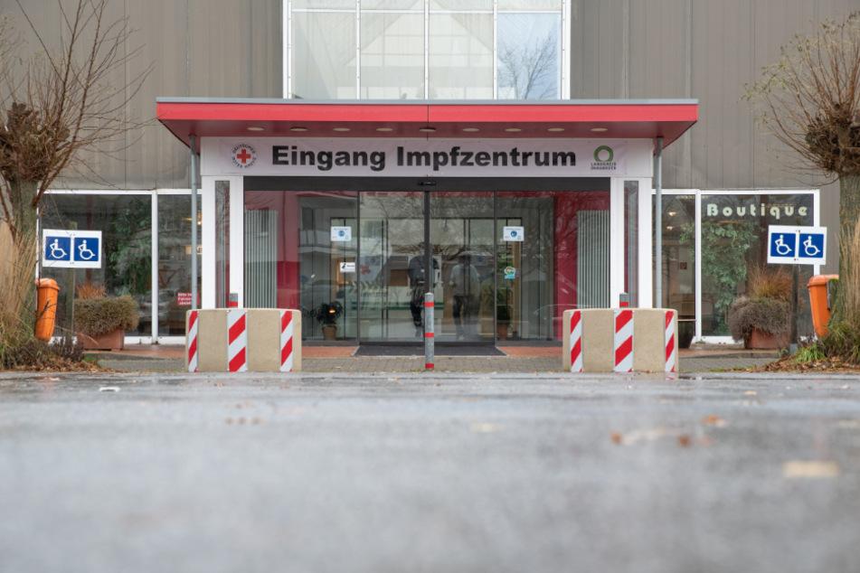 """Niedersachsen, Georgsmarienhütte: """"Eingang Impfzentrum"""" steht vor einem ehemaligen Möbelgeschäft, das zu einem der beiden Impfzentren im Landkreis Osnabrück eingerichtet worden ist."""