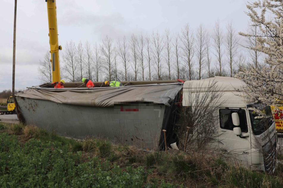 Autobahn gesperrt! Tonnenschwerer Laster kippt in Graben