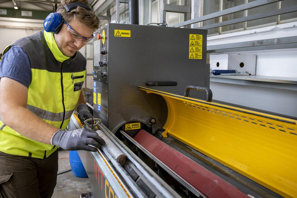 Robert Zimmermann bereitet am Helmholtz-Institut Freiberg die Bohrkerne für hyperspektrale Untersuchungen vor.