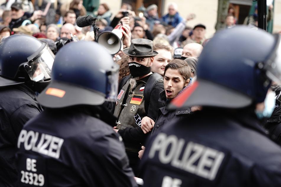 Die Polizei droht mit der Auflösung der Versammlung.