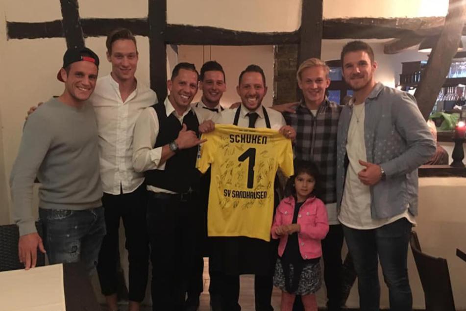 Dresdens Innenverteidiger Tim Knipping (2.v.l.) mit Spielern des SV Sandhausen in seinem italienischen Restaurant in St. Leon-Rot.