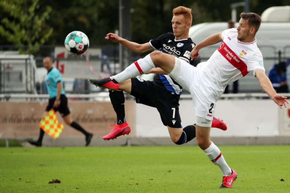 Kämpfen um den Ball: Bielefelds Christian Gebauer (26, l.) und VfB-Verteidiger Waldemar Anton (24).