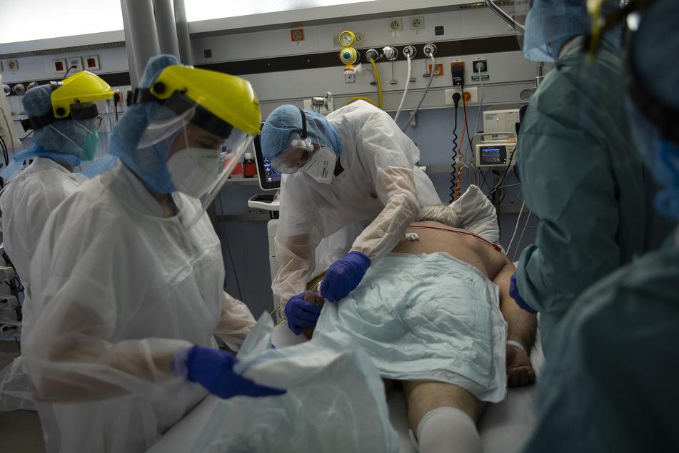 Medizinisches Personal arbeitet auf der Intensivstation für Corona-Patienten im CHR-Krankenhaus Citadelle. In Belgien ist die Lage aktuell wieder dramatisch.