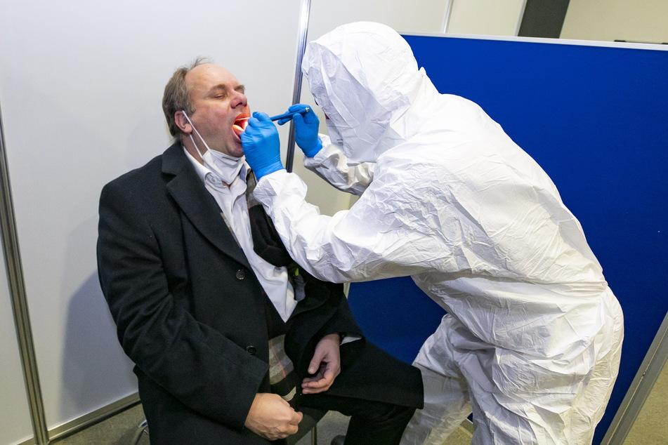 Mund auf: OB Dirk Hilbert (49, FDP) ließ sich vor der Ratssitzung testen.