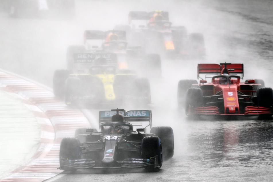 Formel-1-Weltmeisterschaft, Grand Prix der Türkei, Rennen: Lewis Hamilton (l.) aus Großbritannien vom Team Mercedes fährt vor Sebastian Vettel (r.) aus Deutschland vom Team Scuderia Ferrari über die Strecke.