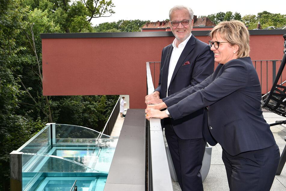 Den freischwebenden Pool sah sich Ministerin Barbara Klepsch (55, CDU) nur aus reichlicher Entfernung an.