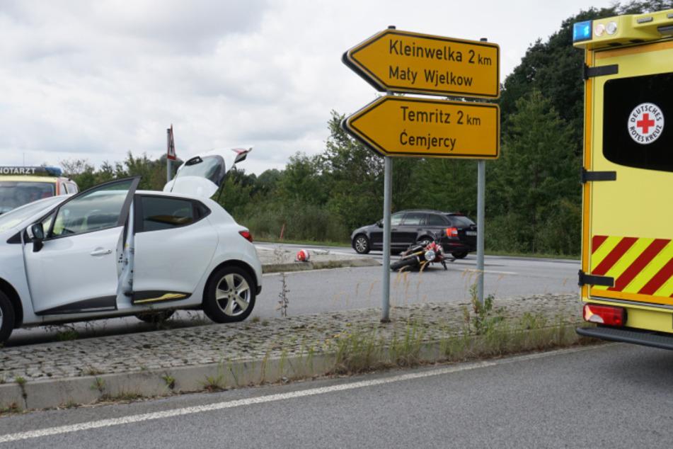 Renault kollidiert mit Motorrad: Fahrer wird verletzt