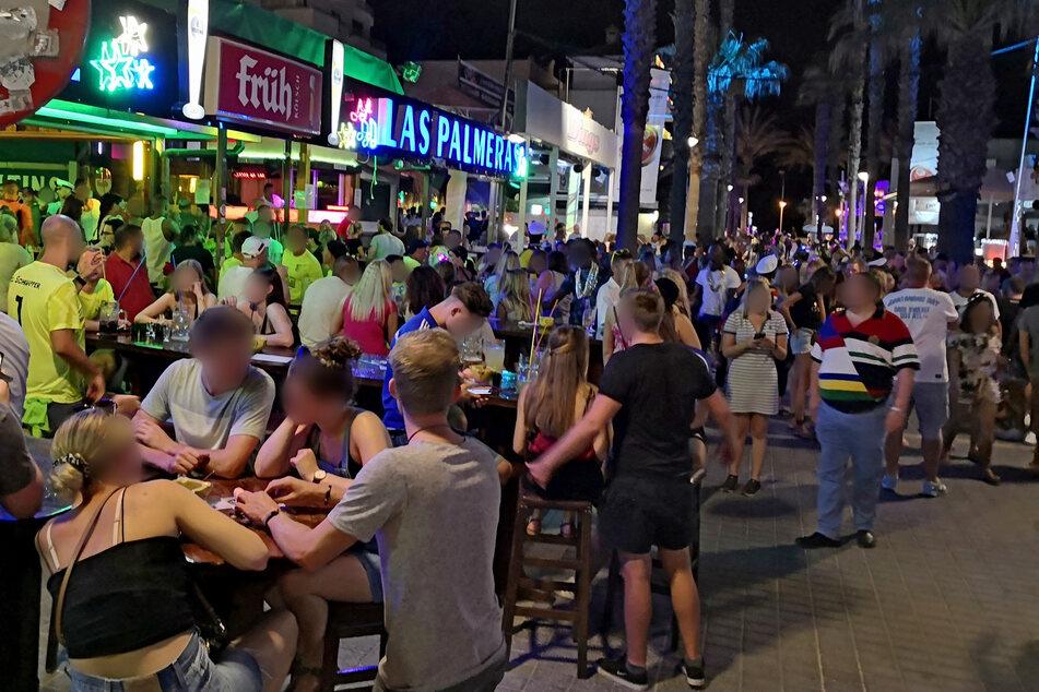 """Dichtes gedränge herrscht an der """"Bierstraße"""". Hunderte Urlauber aus Deutschland sollen am Ballermann auf Mallorca Party gemacht haben, ohne sich um die derzeit in Spanien geltenden Corona-Regeln zu scheren."""