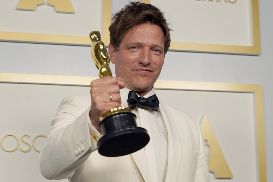 """Thomas Vinterberg (51), dänischer Filmregisseur, steht im Presseraum mit dem Oscar für den besten internationalen Spielfilm für """"Another Round"""" (dt. Der Rausch) in der Union Station."""