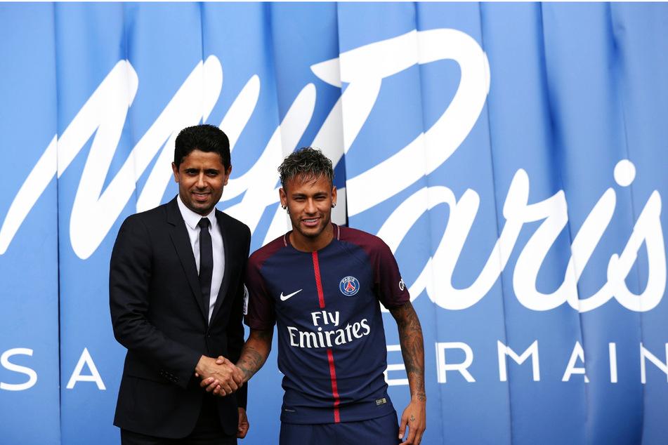 Ein extrem teurer Handschlag für PSG-Scheich Nasser Al-Khelaifi (47, l.): Neymar (29) kostete nicht nur 222 Millionen Euro Ablöse, sondern soll jährlich mehr als 43 Millionen Euro verdienen.