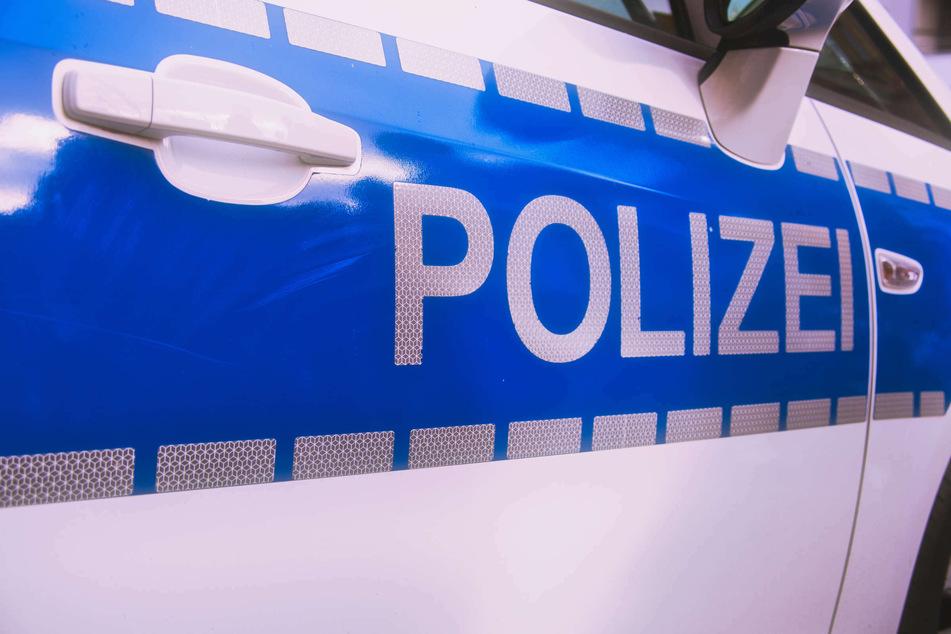 Im Supermarkt: Kassierer bedroht und ausgeraubt, Polizei sucht Zeugen