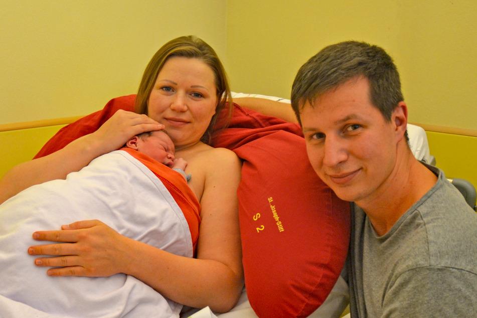 Die überglücklichen (und etwas geschafften) Eltern gemeinsam mit ihrem Jubiläums-Kind Daniel.