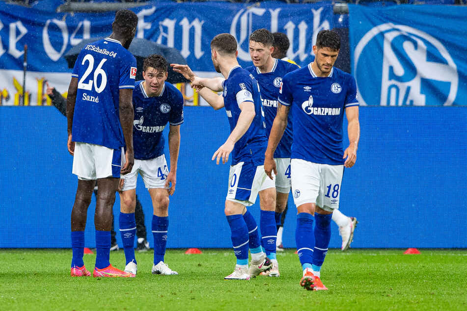 Die Spieler des FC Schalke 04 bejubeln den Treffer zum zwischenzeitlichen 4:2 gegen Eintracht Frankfurt durch Matthew Hoppe (2.v.l.).