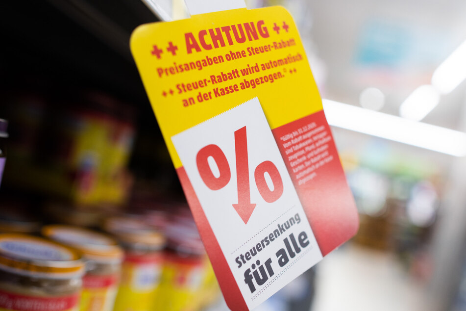 """""""Steuersenkung für alle"""" steht an einem Regal in einem Penny Markt. (Archivbild)"""