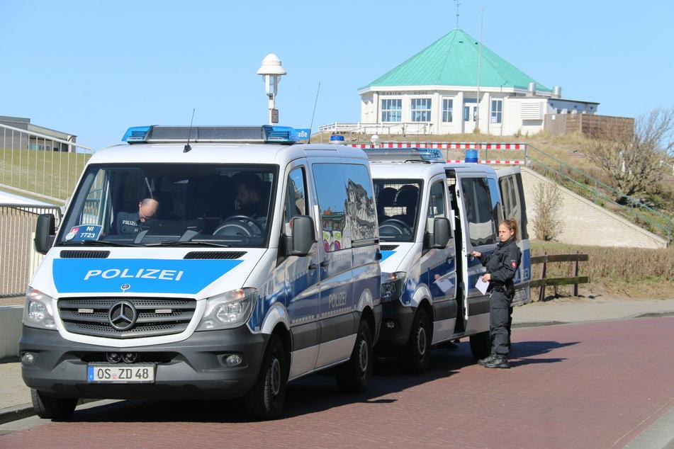 Einheiten der Bereitschaftspolizei unterstützen die Räumung der Nordsee-Insel.