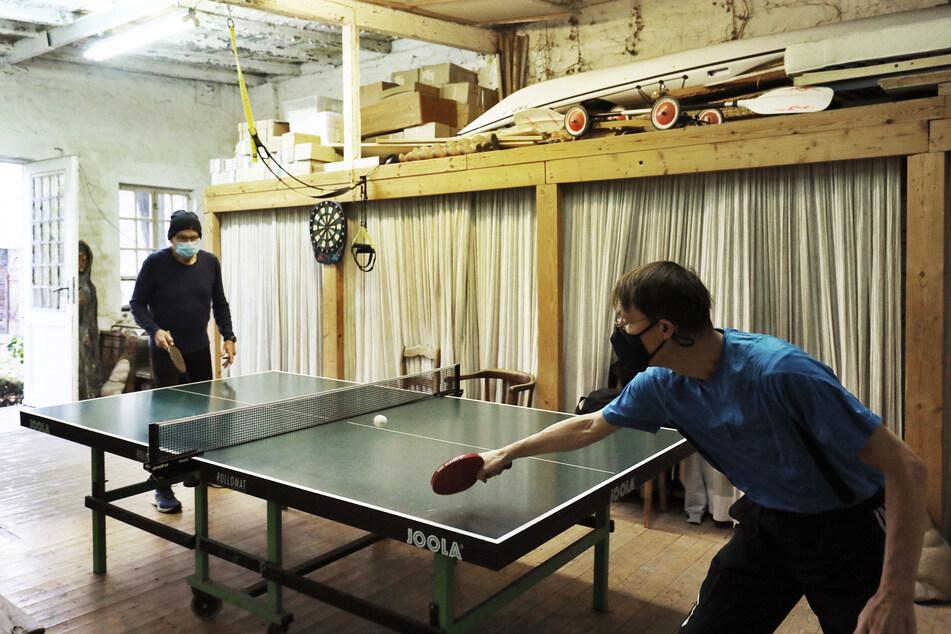 Karl Lauterbach und Günter Wallraff beim Tischtennis.