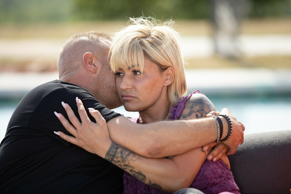 Jasmin Herren (41) umarmt ihren Willi (45) mit besorgter Miene.