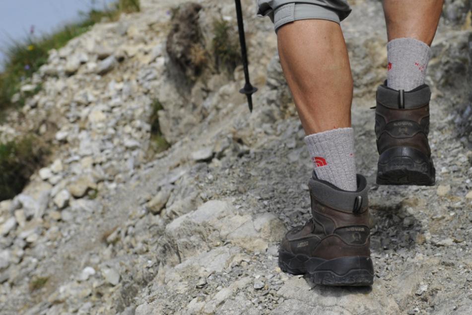 Mann drängt alten Wanderer in Alpen einfach zur Seite und löst schreckliches Unglück aus