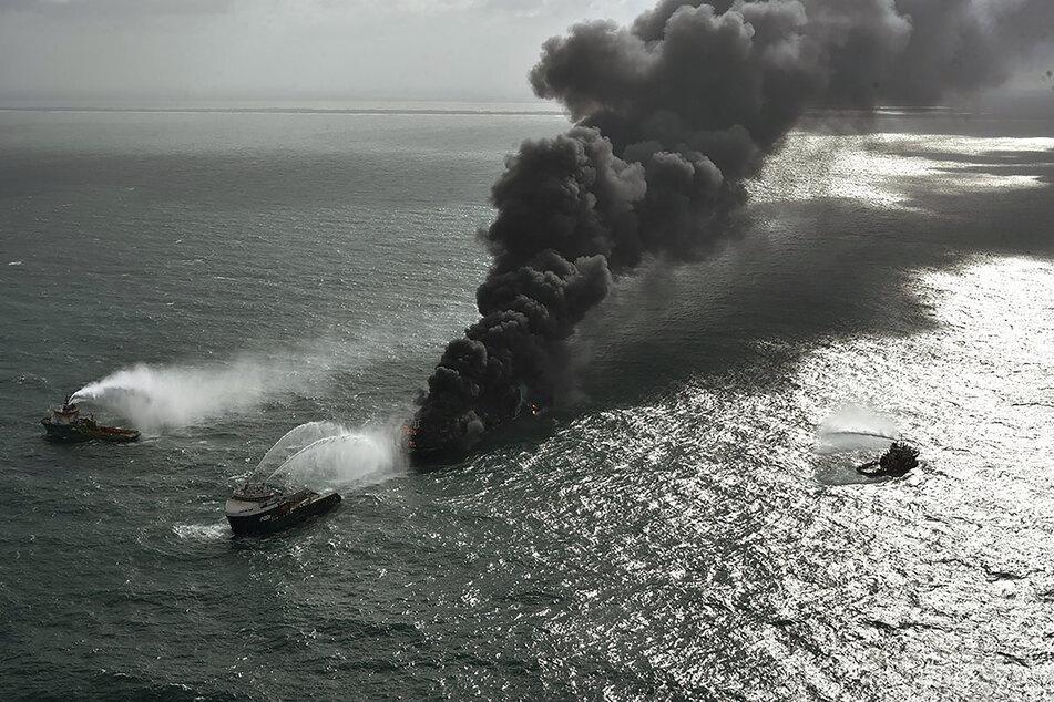 Umweltkatastrophe vor Sri Lanka: Ausgebranntes Frachtschiff mit Mikroplastik an Board sinkt