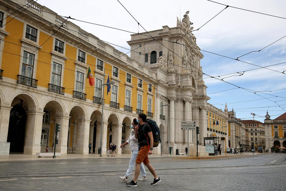 Portugal, Lissabon: Menschen mit Mund-Nasen-Schutz spazieren in der Innenstadt von Lissabon.