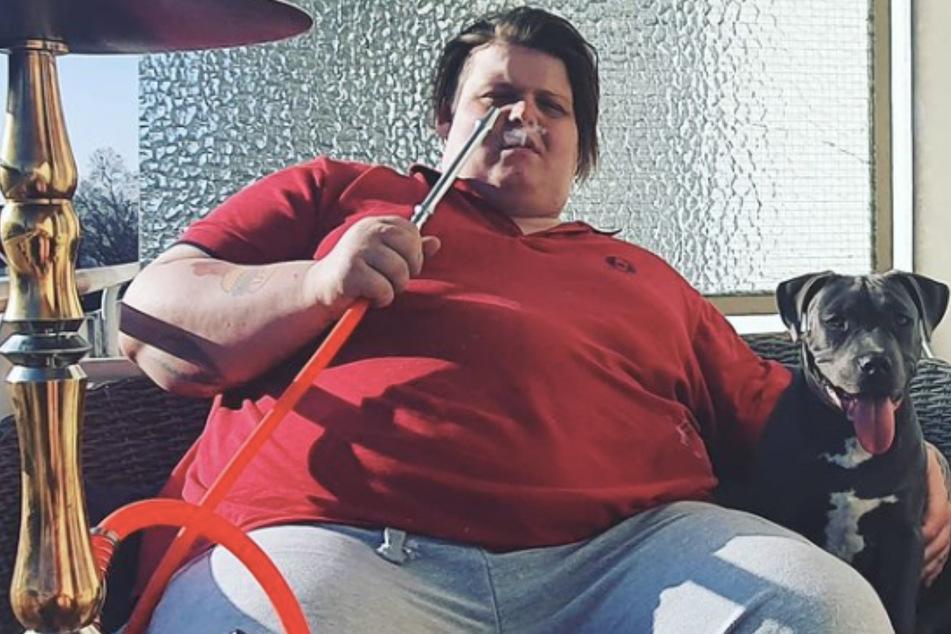 Exsl95 (25) raucht eine Shisha. Dieses Bild kommentierten viele Follower des Influencers.