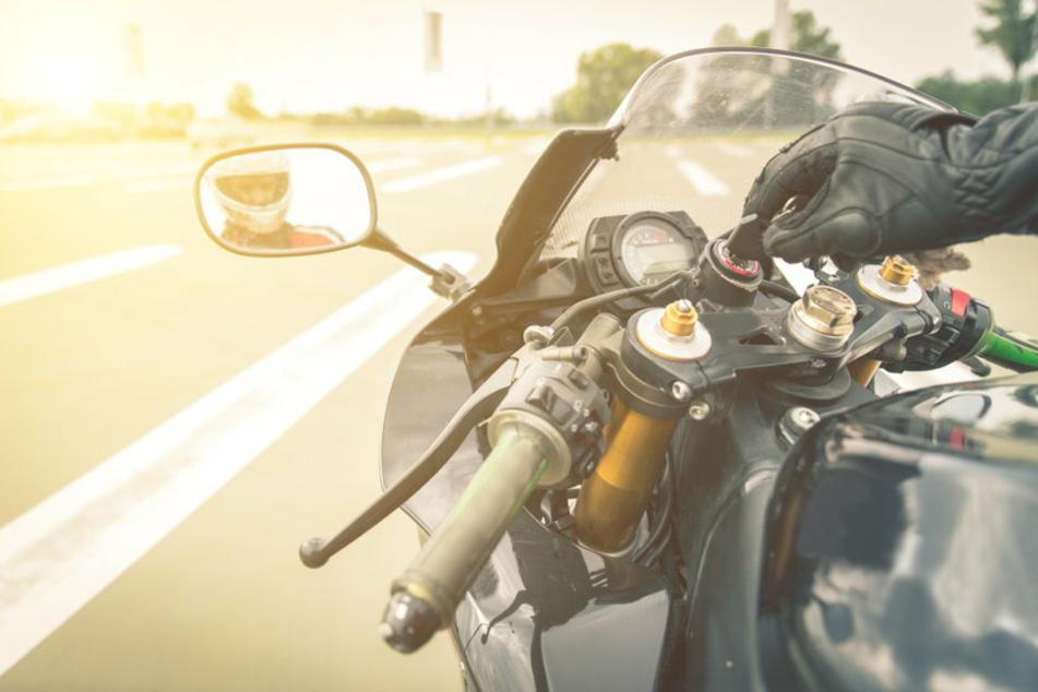 Gesundheitliche Probleme? Motorradfahrer fällt bei voller Fahrt auf der A71 einfach um
