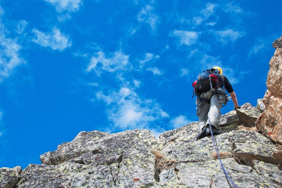 Mann (64) rutscht beim Klettern ab und stürzt 15 Meter in die Tiefe