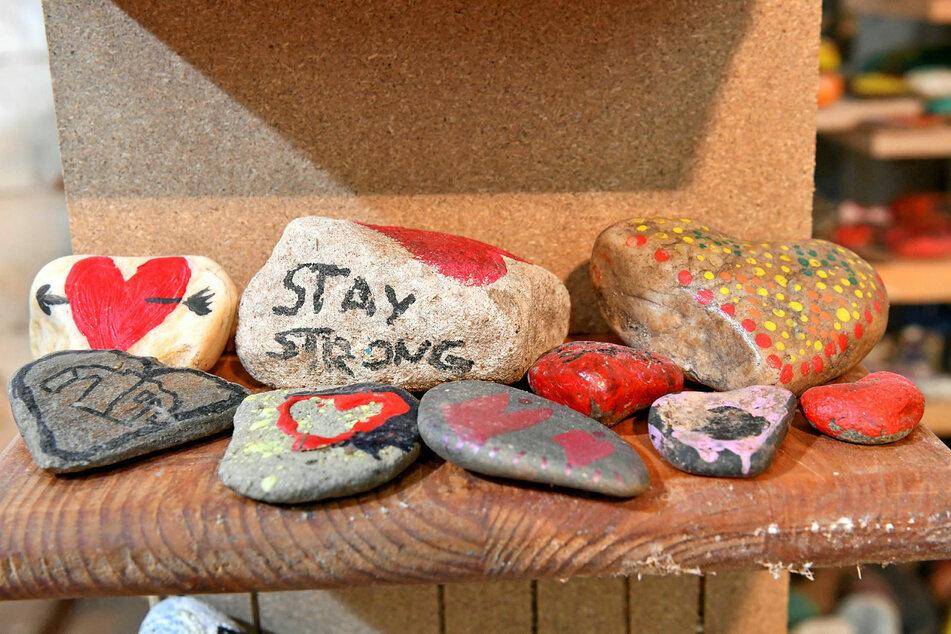 Etwa 2000 solch bunter Corona-Steine konnten erhalten bleiben - und werden nun Teil des Kunstwerkes.