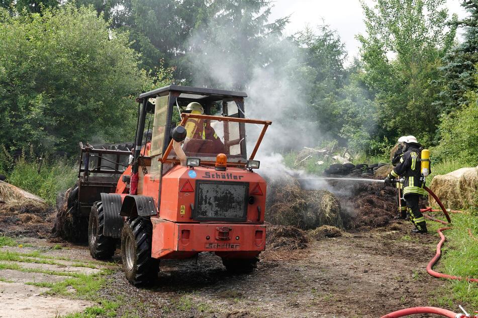 Feuerwehreinsatz im Erzgebirge: Mehrere Strohballen in Brand geraten