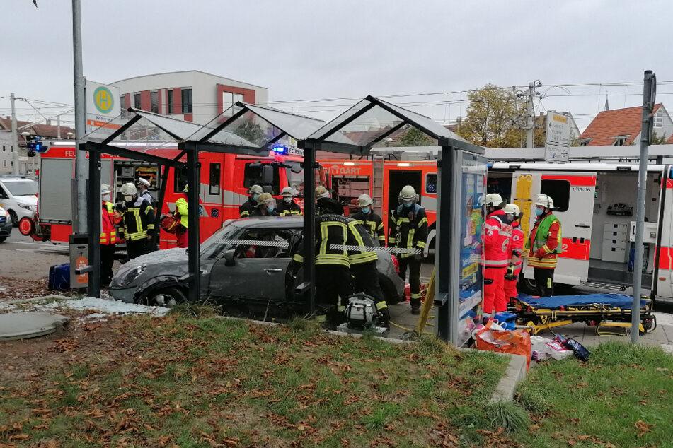 Rettungskräfte sind an der Unfallstelle vor Ort.