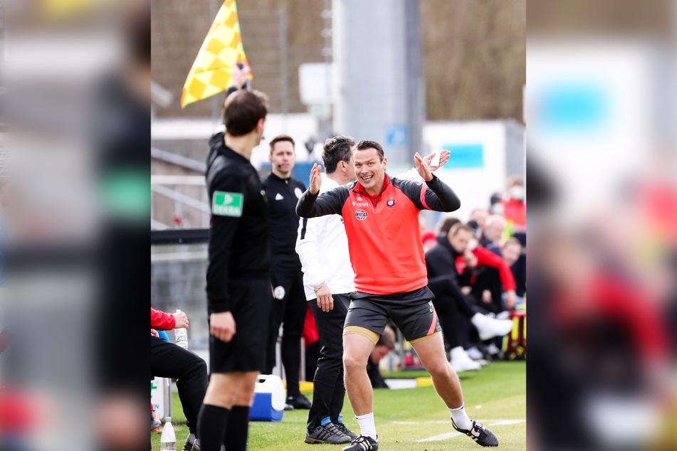 Der Schiri-Assistent hebt wieder den Wimpel - da nützte auch der Protest von Aues Co-Trainer Marc Hensel wenig.