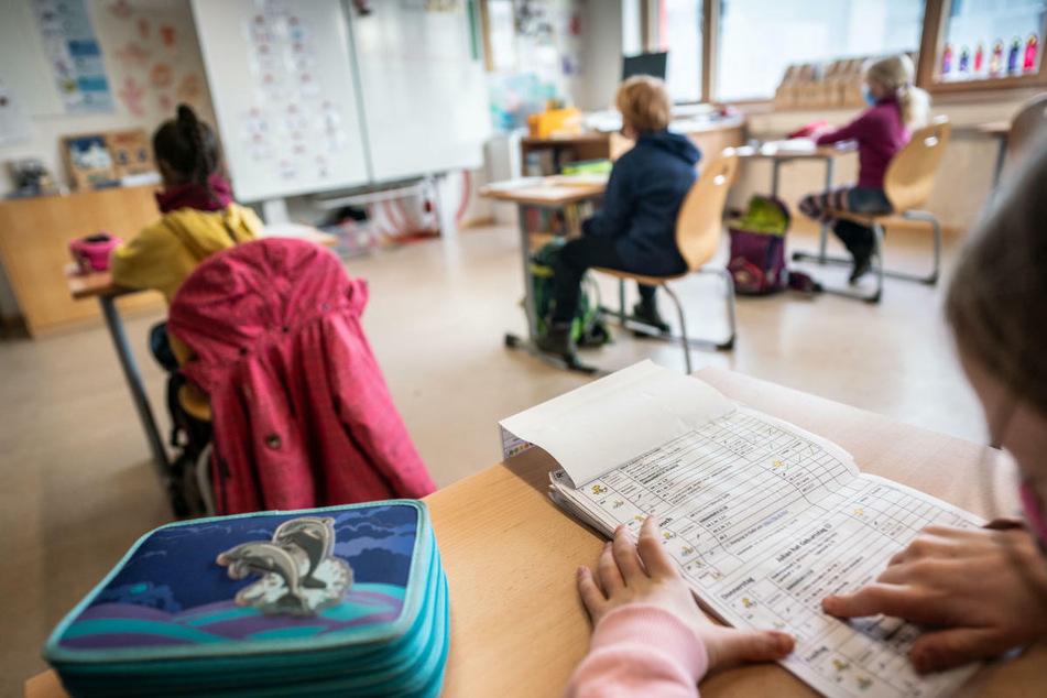 In den ersten zwei Wochen nach den Herbstferien müssen die Schülerinnen und Schüler auch wieder am Platz die Maske tragen. (Symbolbild)