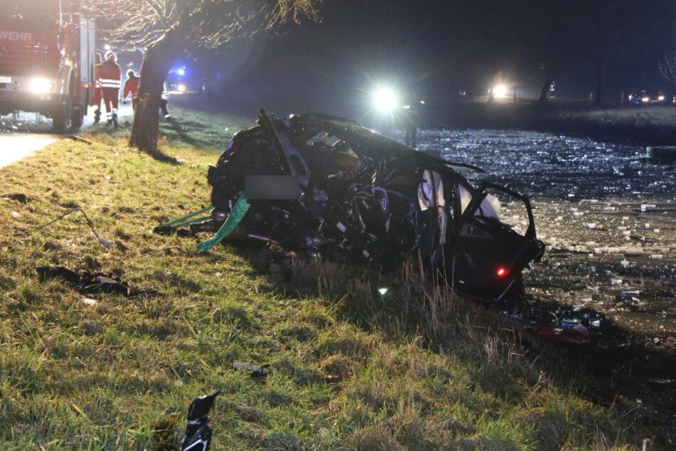Flucht vor Polizei endet tragisch: 22-Jähriger baut schweren Unfall