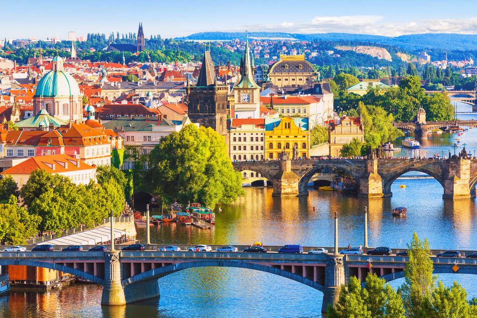 Städte in Tschechien wie Prag locken Millionen Besucher an (Foto: 123RF/scanrail).