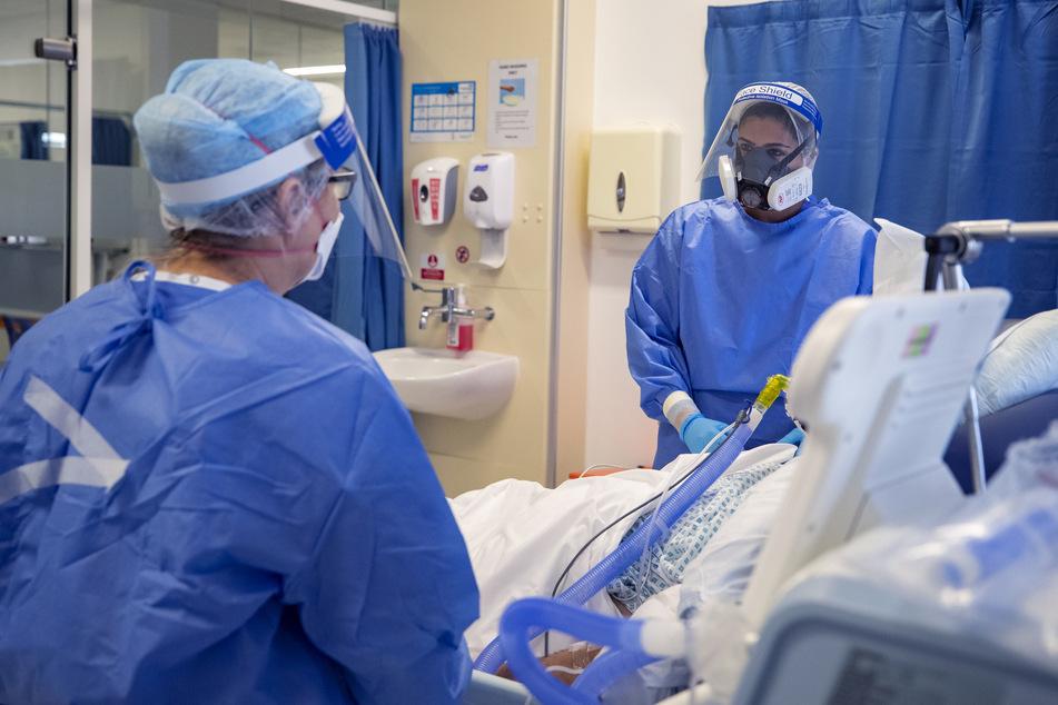 Ein Einblick auf eine Corona-Intensivstation in Großbritannien. Das Land beginnt nun, Freiwillige mit dem Coronavirus zwecks Forschung zu infizieren. (Symbolbild)