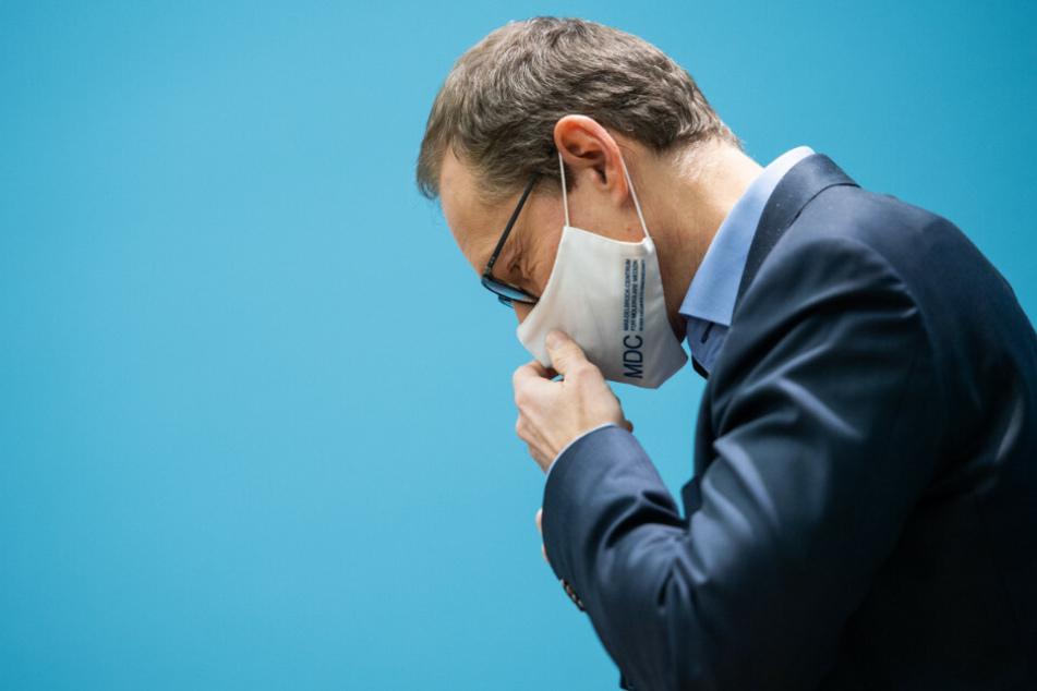 Berlins Regierender Bürgermeister Michael Müller (56, SPD) richtet seinen Mund-Nase-Schutz. Am Mittwoch muss der Senat erneut über weitere Schritte zur Eindämmung der Corona-Pandemie beraten.