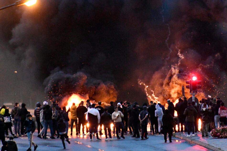 Demonstranten setzen nach Koranschändung Autos und Reifen in Brand