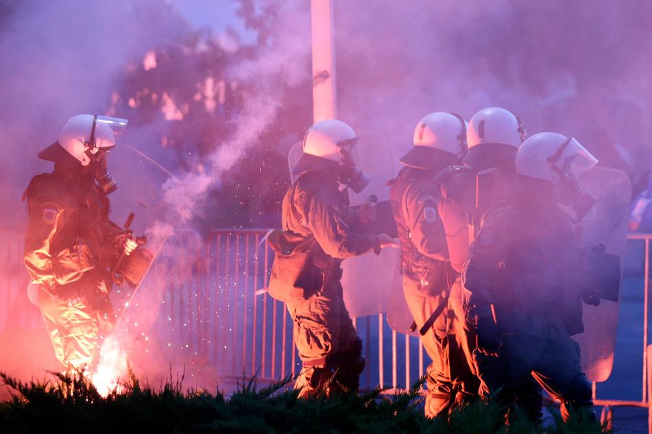 Thessaloniki: Griechische Bereitschaftspolizisten sind während einer Protestkundgebung gegen Corona-Impfungen im Einsatz.