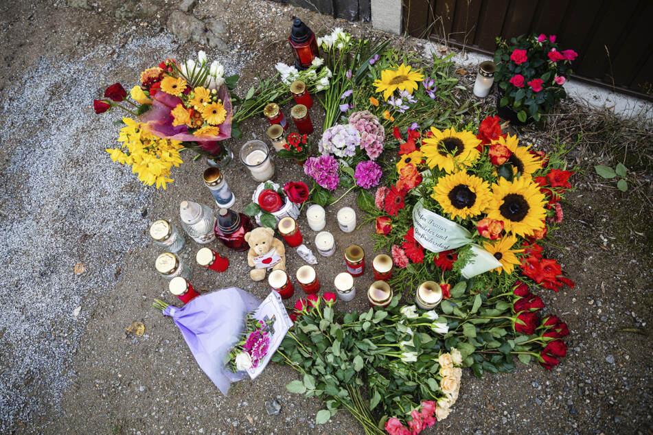 Am Tatort erinnern Kerzen und Blumen an die Bluttat.