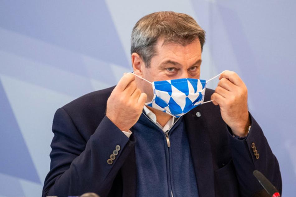 Markus Söder (53) , CSU-Vorsitzender und Ministerpräsident von Bayern, nimmt zu Beginn einer Kabinettssitzung zur weiteren Entwicklung in der Corona-Pandemie in der Staatskanzlei seine Maske ab.