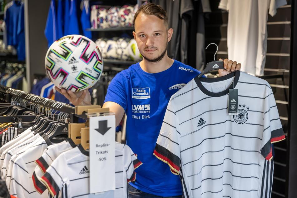 """Steve Renger (26) konnte im """"11teamsports""""-Store nur wenige Deutschland-Trikots verkaufen."""