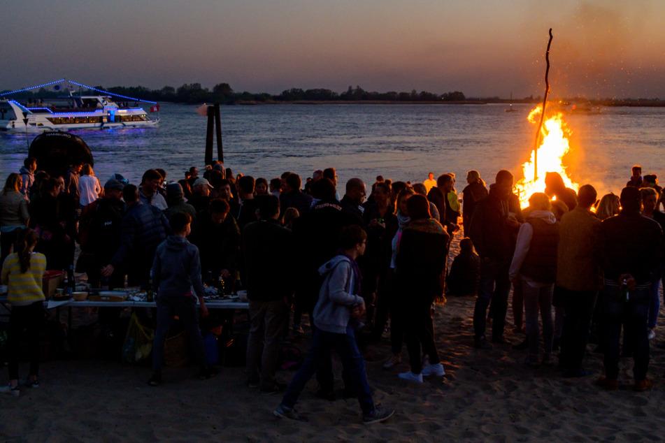 Osterfeuer sind auch dieses Jahr in Hamburg nur in kleinem Kreis erlaubt. (Archivbild)
